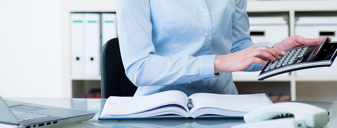 Financial advisor salary calculated by woman